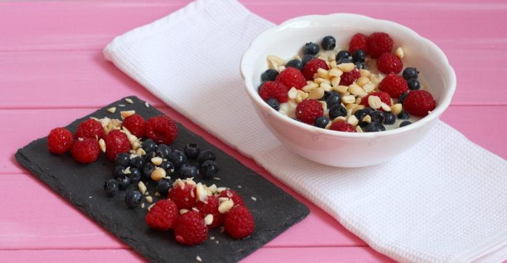 vegan ovesná kaše s ovocem a oříšky