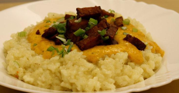 vegan risotto s dýňovou omáčkou a tempehem