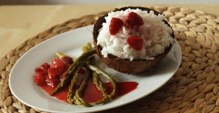 chřest s jahodami a rýží v kokosovém mléce - vegan