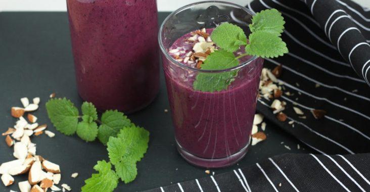 smoothie se zakysaným nápojem lunter a borůvkami